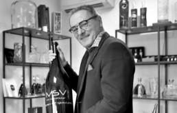 Frédéric Larour, dirigeant de la société MSV, atelier de gravure sur verre et cristal à Cognac.